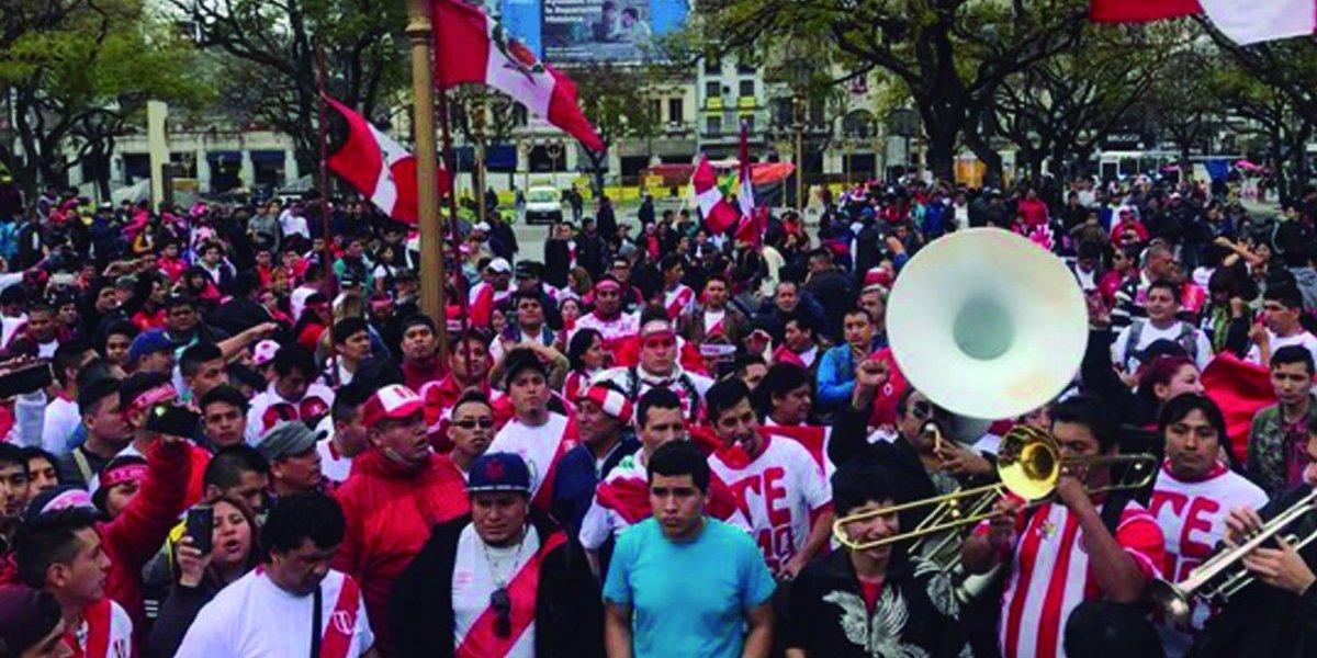 Se ilusionan con el Mundial: hinchas peruanos realizan masivo banderazo en Argentina