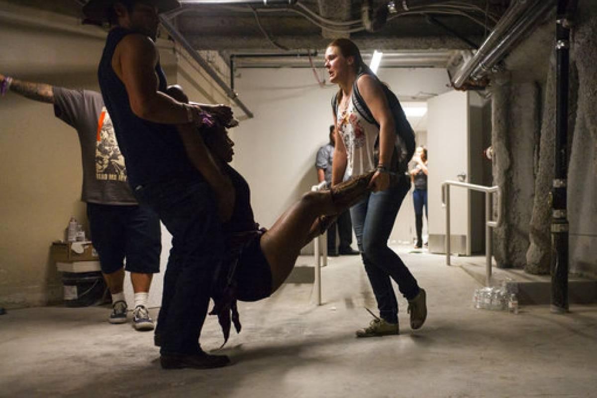 Dos personas ayudan a una mujer herida en el hotel Tropicana tras una balacera en un concierto al aire libre en el Strip de Las Vegas, el 1 de octubre de 2017. AP AMN-GEN LAS VEGAS-TIROTEO