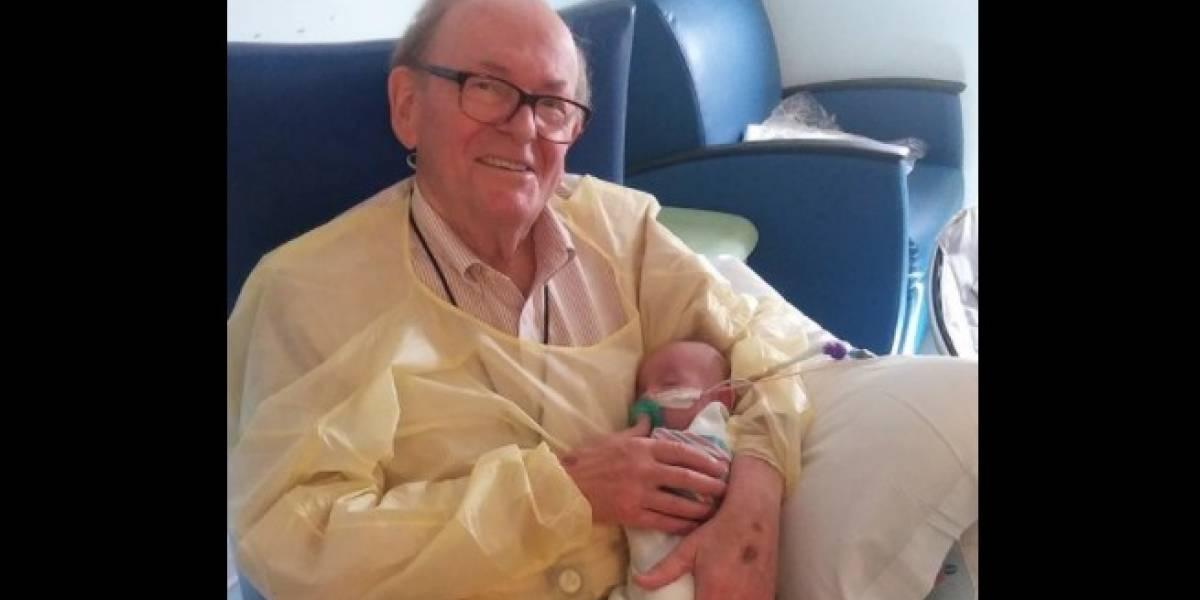 """El increíble abuelo que lleva años """"acurrucando"""" a los bebés prematuros que no pueden estar con sus padres"""