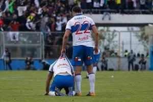 Luciano Aued levantando a Cristián Álvarez tras el término del partido ante Colo Colo / Foto: Agencia UNO
