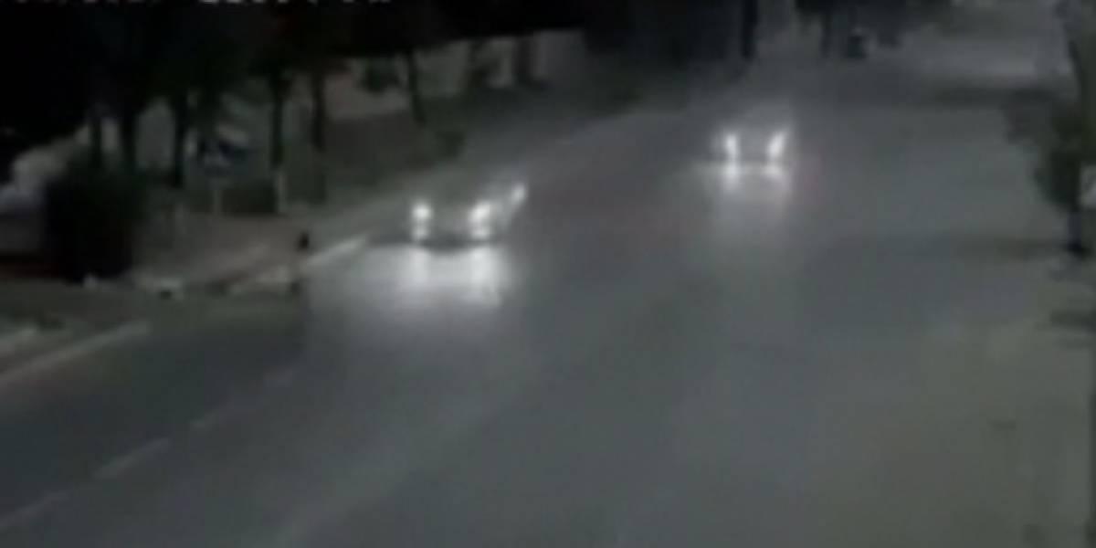 Video: mujer iba a ser atropellada pero un hombre 'flash' la salvó