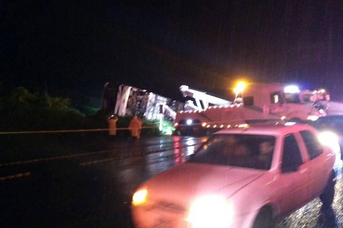 Autoridades reportaban anoche 35 heridos en el accidente carretero. FOTO: UEPC Jalisco.