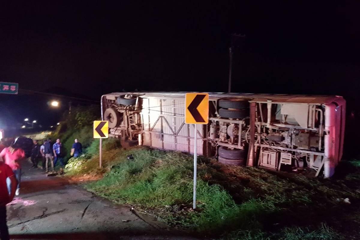 Vecinos de Ayotlán las víctimas de volcadura de autobús en Atotonilco