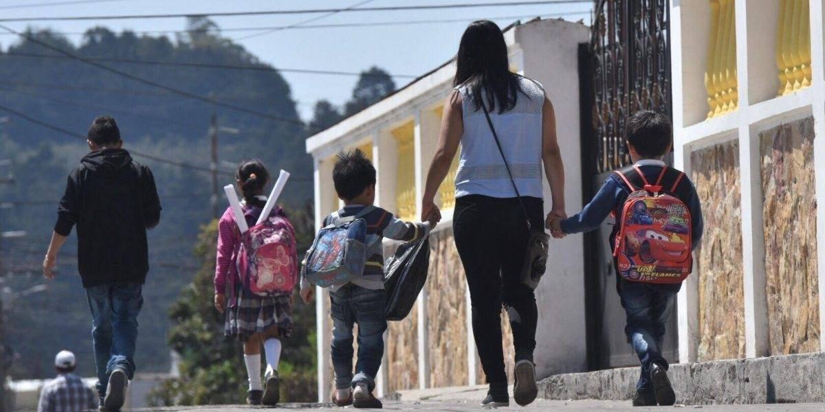 Estudiantes de áreas afectadas por erupción regresan a clases