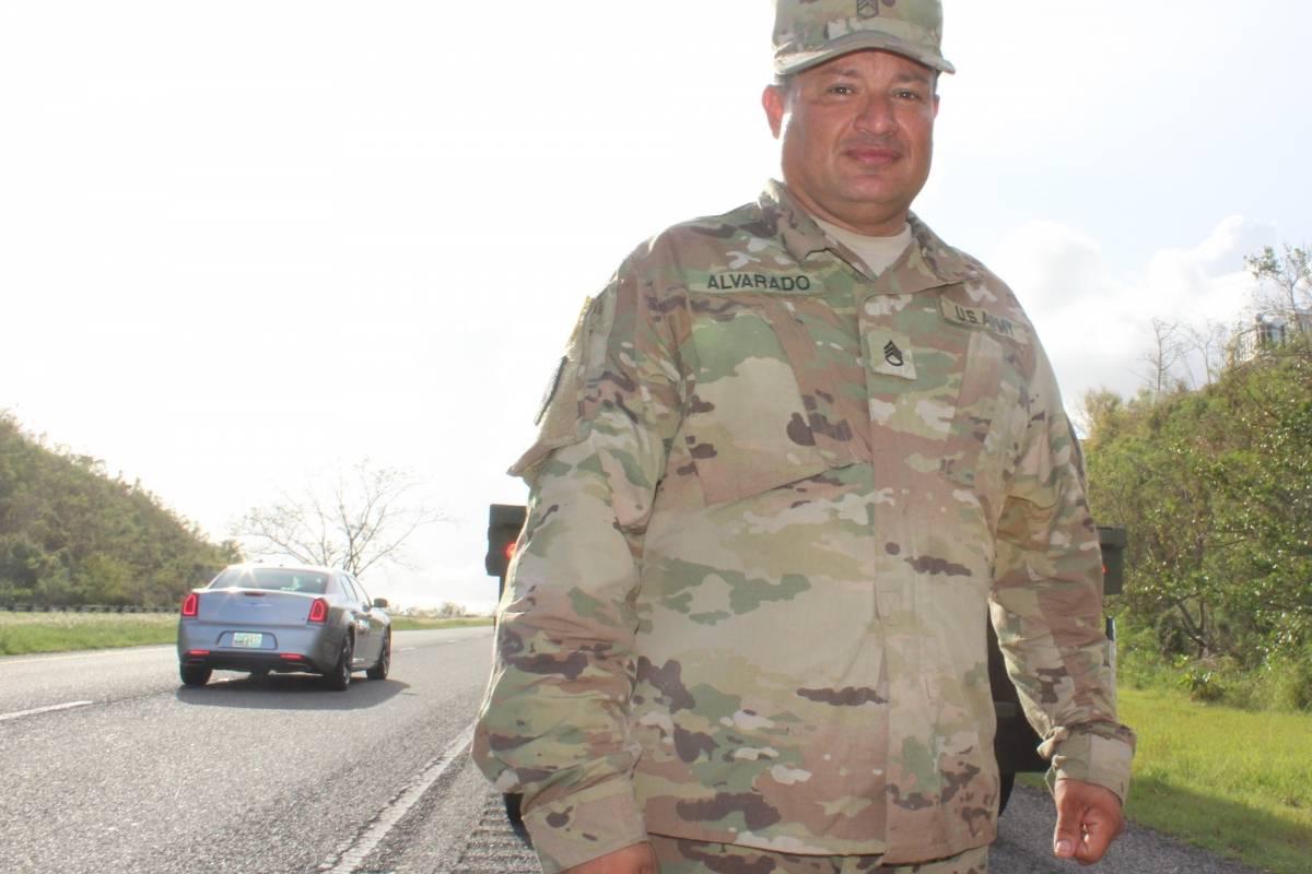 El sargento Alvarado lidera desde el pasado martes varias misiones de entrega de suministros alrededor de la isla. / Foto: Miguel Dejesús