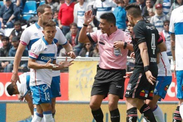 Diego Buonanotte fue uno de los jugadores de la UC que mostró su molestia por el arbitraje de Patricio Polic ante Colo Colo / Foto: Photosport