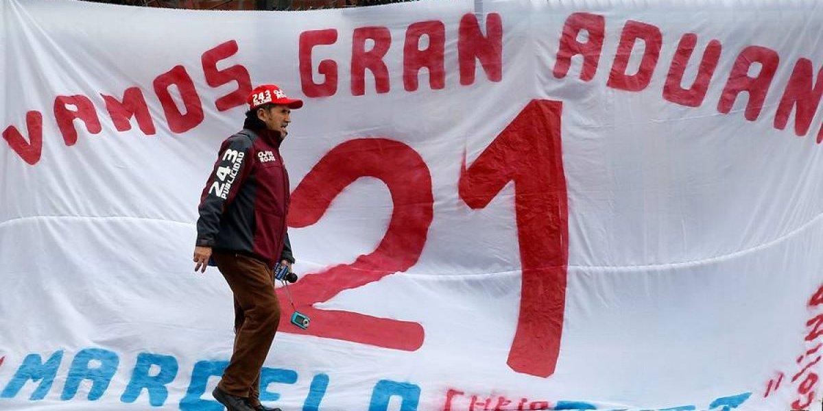 No hay calma en Pinto Durán: hinchas se manfiestan a favor de Marcelo Díaz y en contra de Pizzi