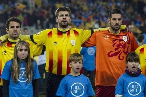 Cesc Fàbregas, Gerard Piqué, Kiko Casilla y Sergio García vistiendo los colores de Cataluña / Foto: Internet