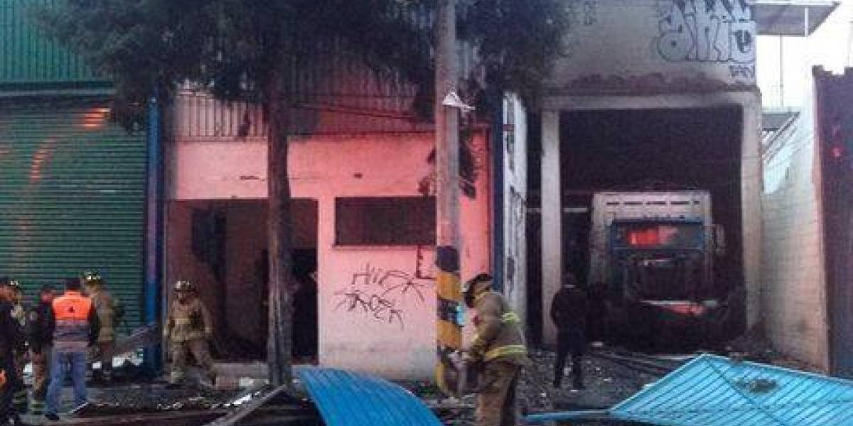 Explota y se incendia una bodega en Azcapotzalco; hay al menos 2 heridos