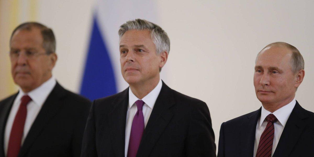 En medio de tensiones, inicia funciones nuevo embajador de EU en Rusia