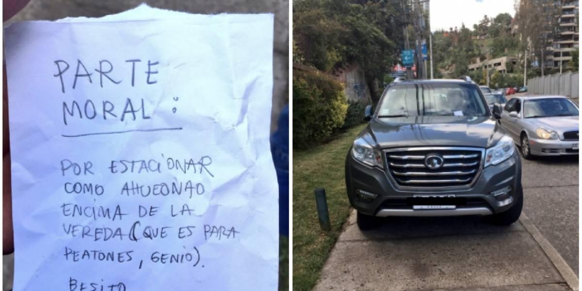 """""""La vereda es para peatones, genio"""": Le sacó un """"parte moral"""" a automovilista y se ganó el amor de las redes sociales"""
