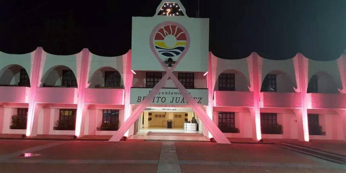 Palacio Municipal de Cancún se ilumina de rosa por cáncer de mama
