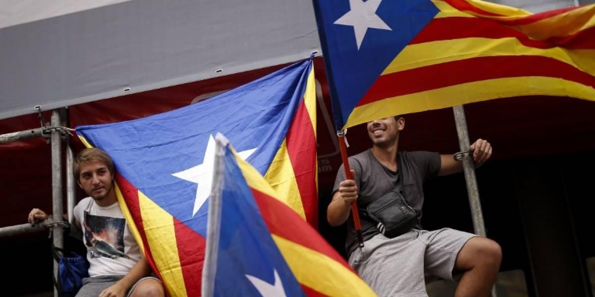 VIDEO. Manifestantes cantan himno del FC Barcelona frente a Delegación de Gobierno