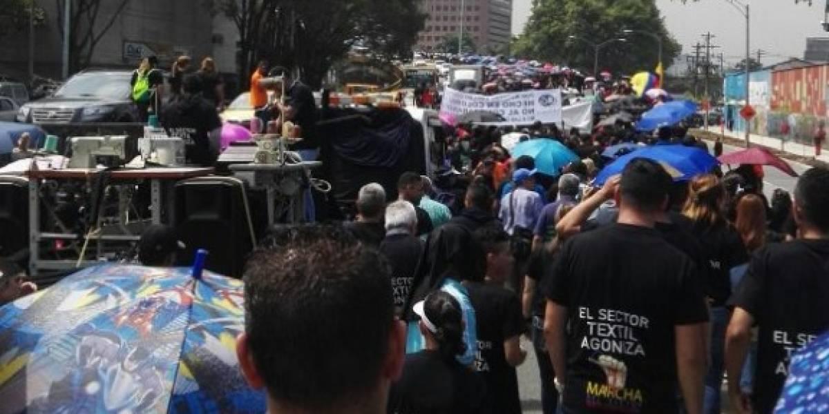 Textileros protestan en Medellín por la crisis causada por el contrabando