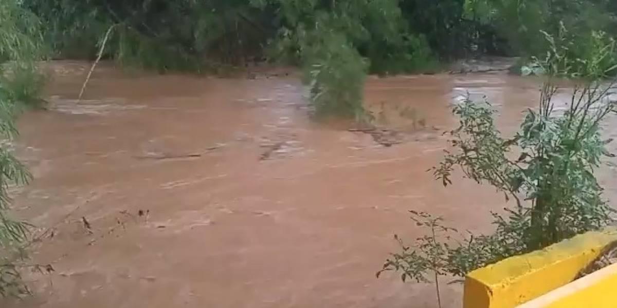 Cierran carretera por salida del río Culebrinas