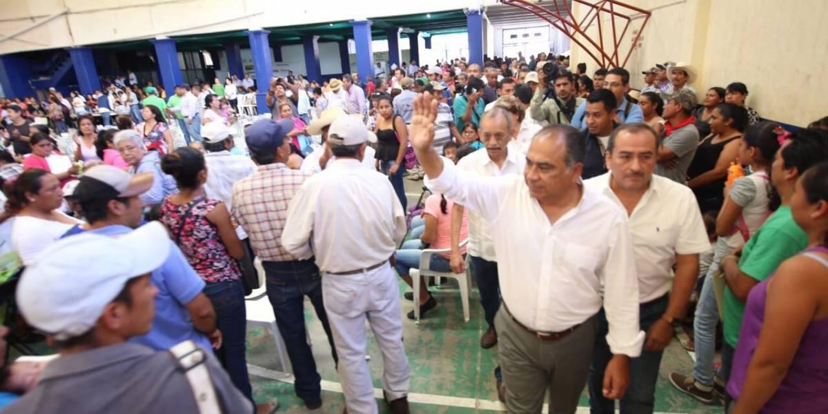 Héctor Astudillo entrega apoyosa damnificados enHuitzuco
