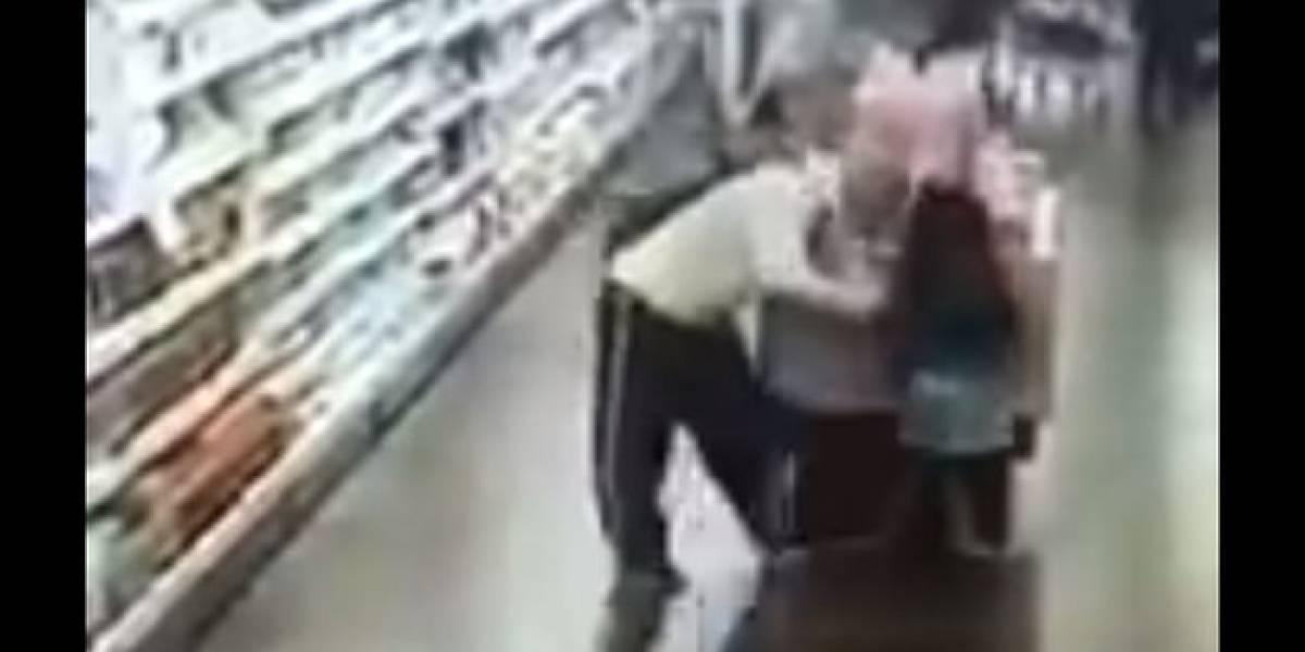 Hombre toca a una niña en un supermercado y es asesinado