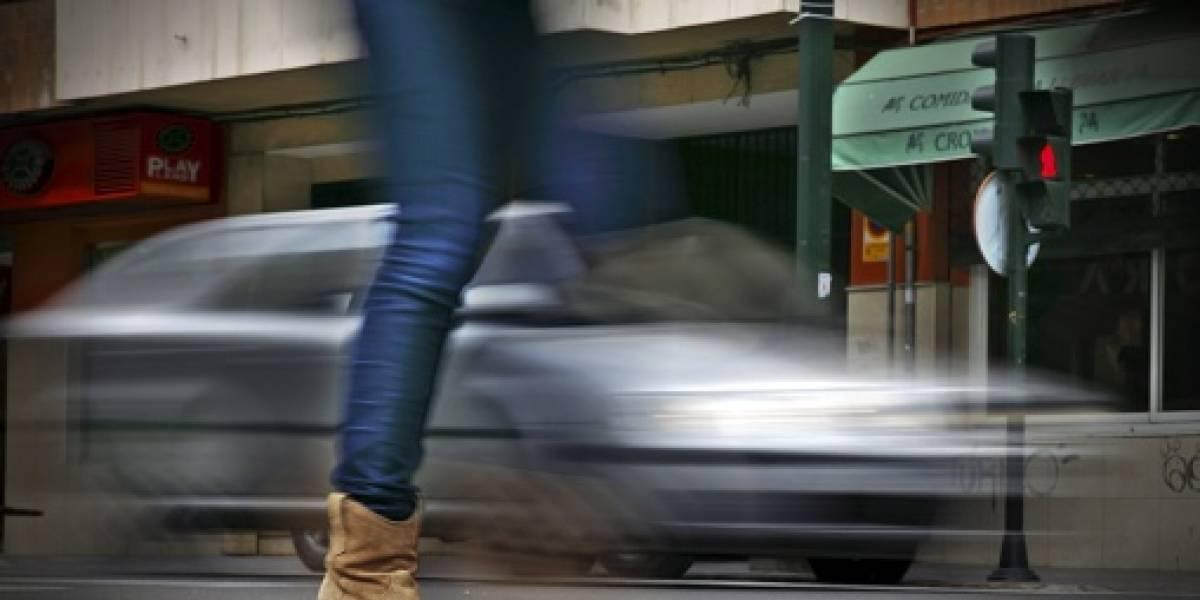 Mujer graba el momento en que un auto la atropella