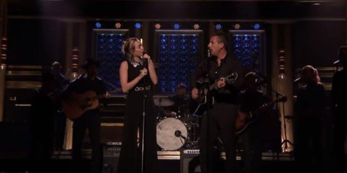 Miley Cyrus y Adam Sandler conmueven al cantarle a las víctimas del tiroteo en Las Vegas