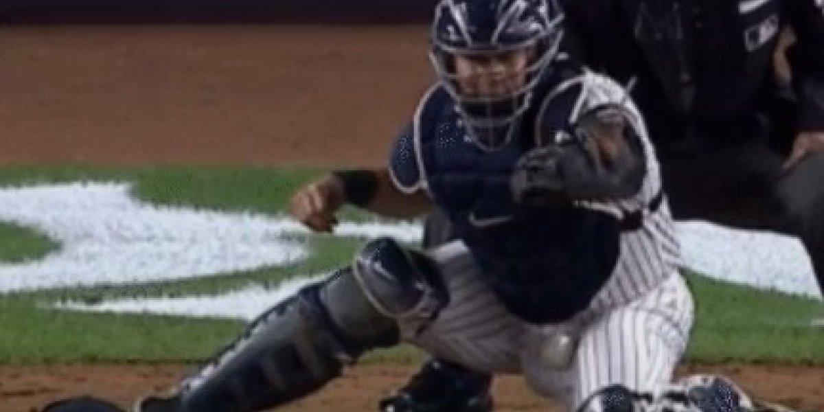 Catcher de los Yanquis recibe pelotazo en los testículos