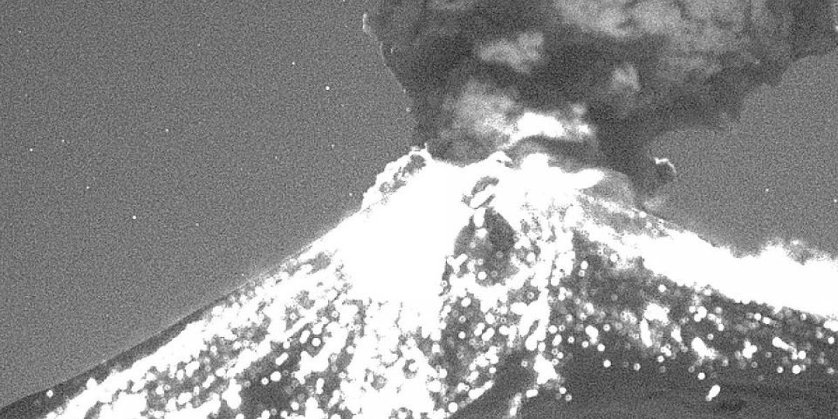 Volcán Popocatépetl arroja material incandescente durante la madrugada