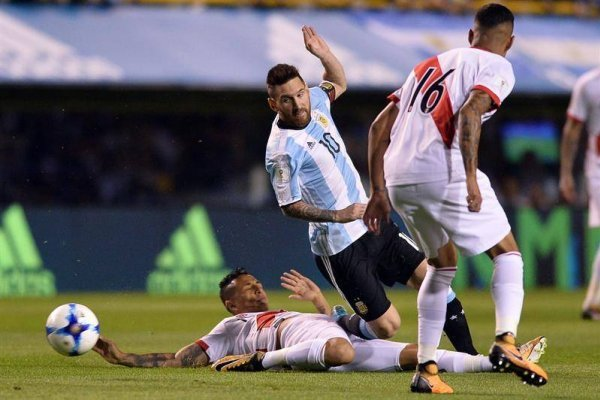 Lionel Messi no pudo desnivelar ante la dura y numerosa marca por parte de los aguerridos defensores peruanos / Foto: EFE