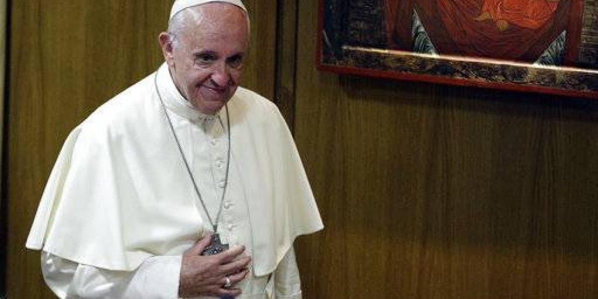Le regalan auto deportivo al papa Francisco