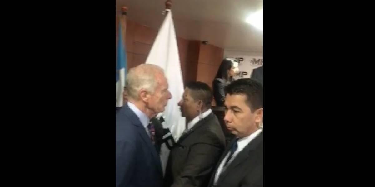 Álvaro Arzú irrumpe conferencia del MP sobre sus vínculos con Byron Lima