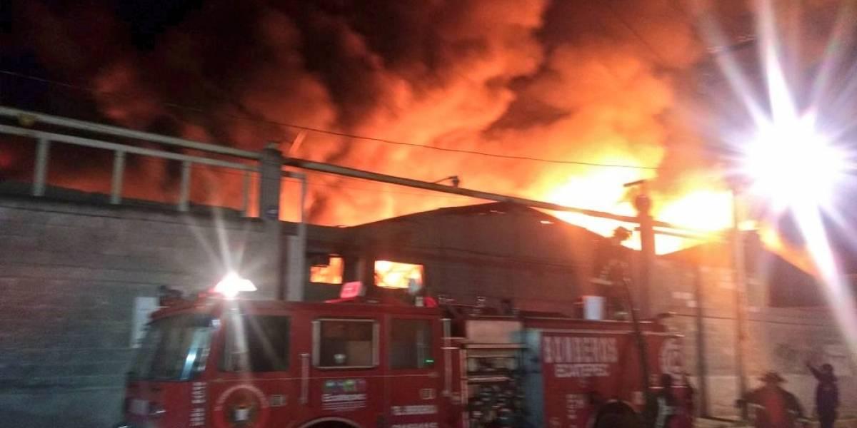 Fábrica de muebles se incendia en Ecatepec