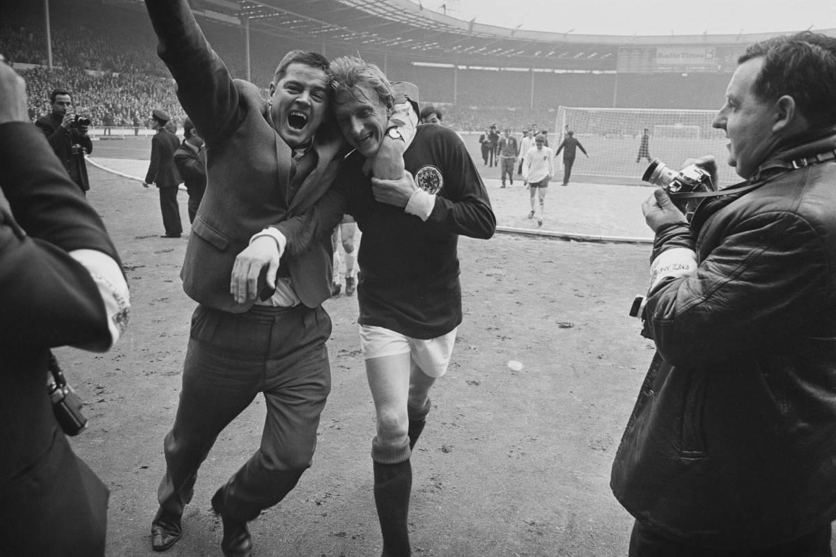 El jugador escocés Denis Law celebra el triunfo ante Inglaterra el 15 de abril de 1967.