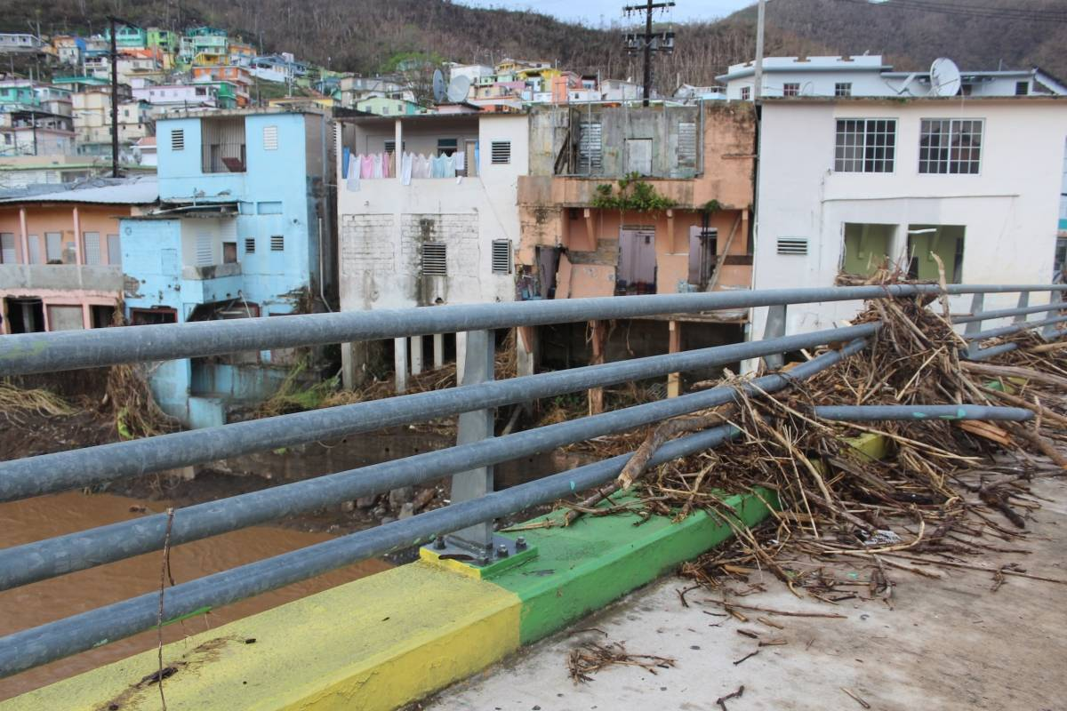 El agua del río La Plata superó niveles nunca antes vistos que sobrepasaron el puente que conecta con el casco urbano de Comerío. / Foto: David Cordero Mercado