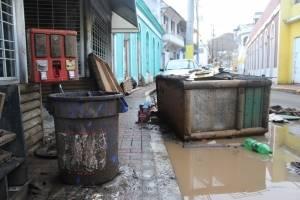El agua inundó todo el casco urbano de Comerío, impactando comercios y casas. / Foto: David Cordero Mercado