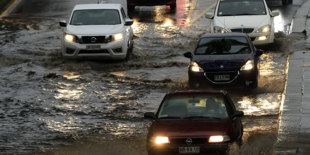 Pasos bajo nivel inundados, cortes de luz y árboles caídos deja intensa lluvia en Santiago