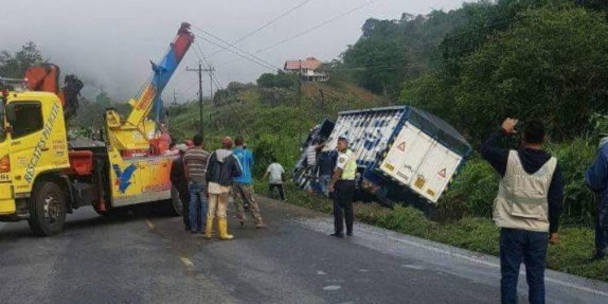Cierre momentáneo en la vía Alóag - Santo Domingo tras volcamiento