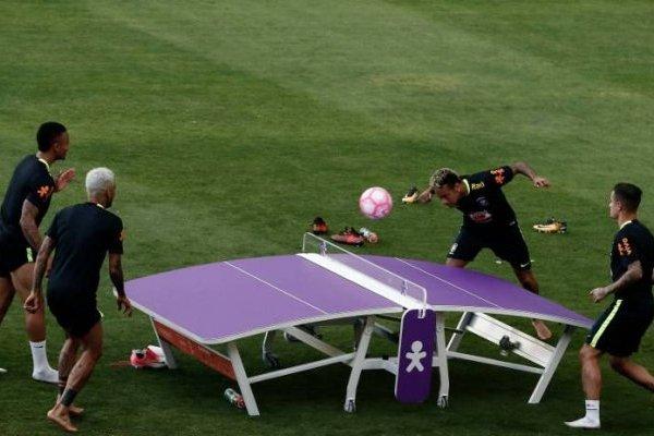 Neymar y las otras figuras de Brasil jugando futmesa en la distendida práctica de Brasil / Foto: AFP