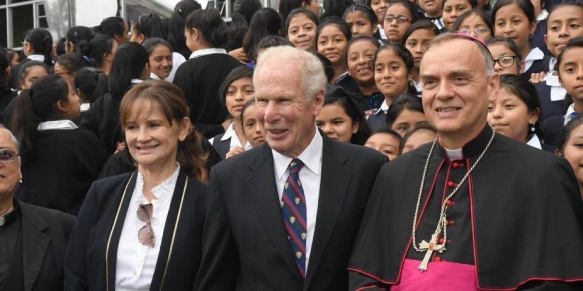 Arzú participa en acto público junto con Nuncio Apostólico