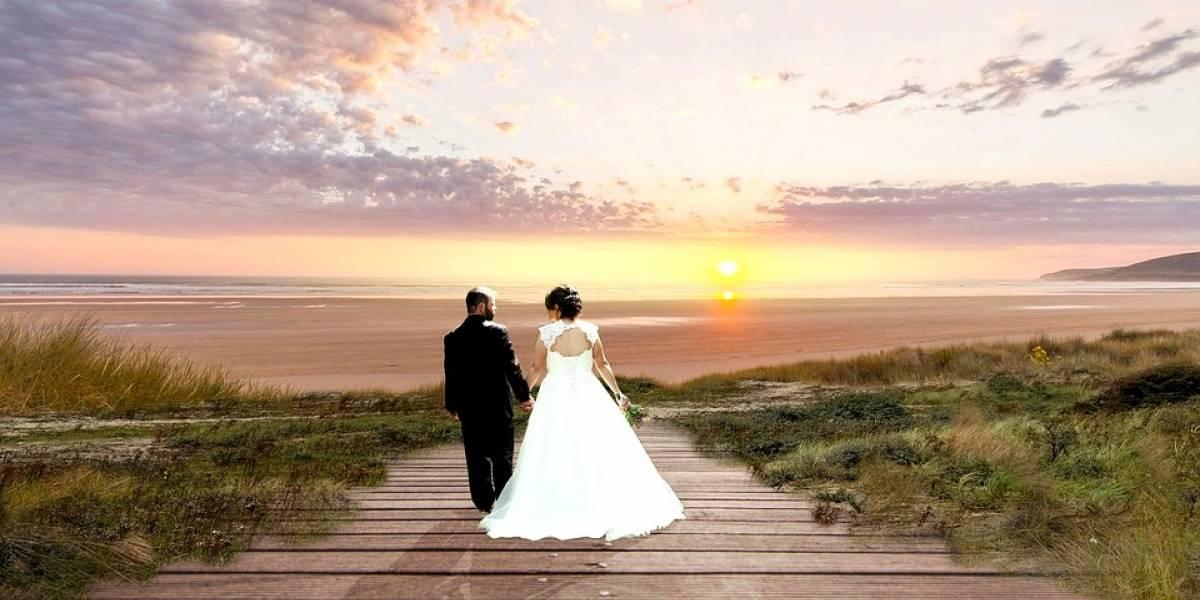 Novios se toman fotografía de bodas en situación íntima
