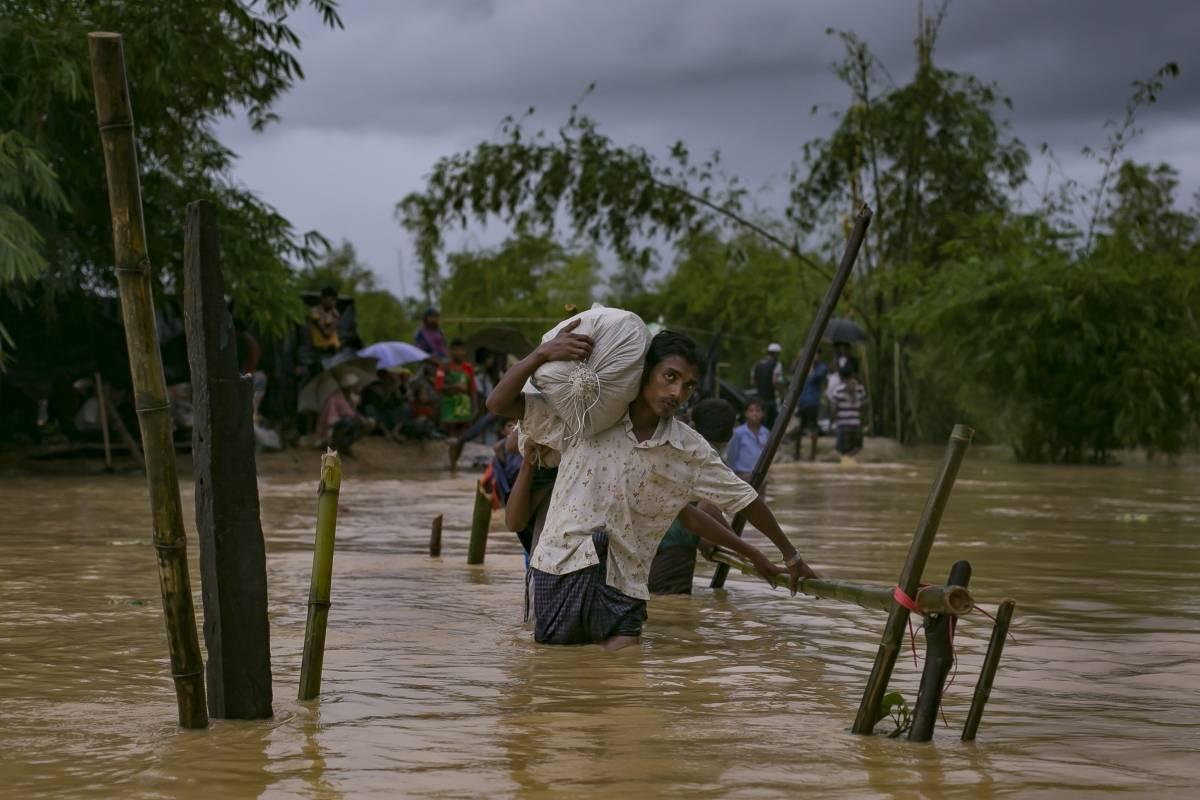 Refugiados rohingya enfrentan inundaciones en Myanmar y Bangladesh, en el sudeste asiático.
