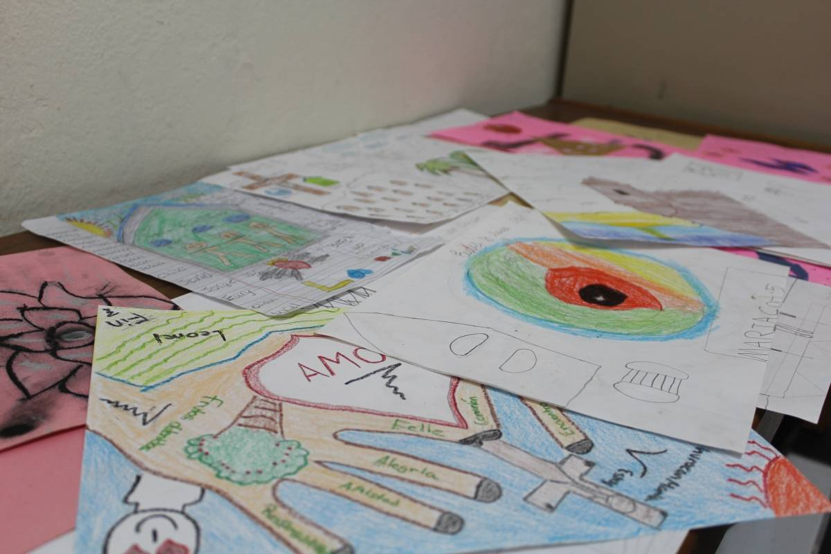 Los menores hicieron dibujos mientras María azotaba a Puerto Rico, expresando su sentir ante el paso del huracán. / Foto: Miguel Dejesús