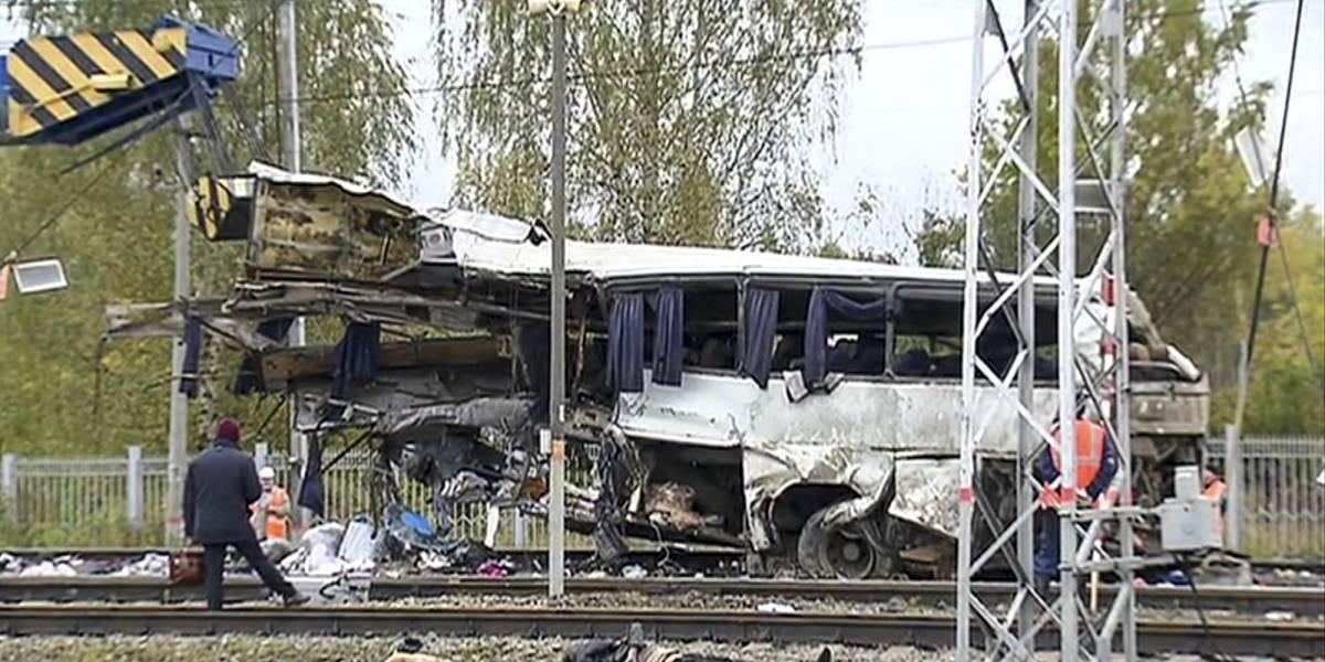 Rusia: 19 muertos tras choque entre un tren y un autobús