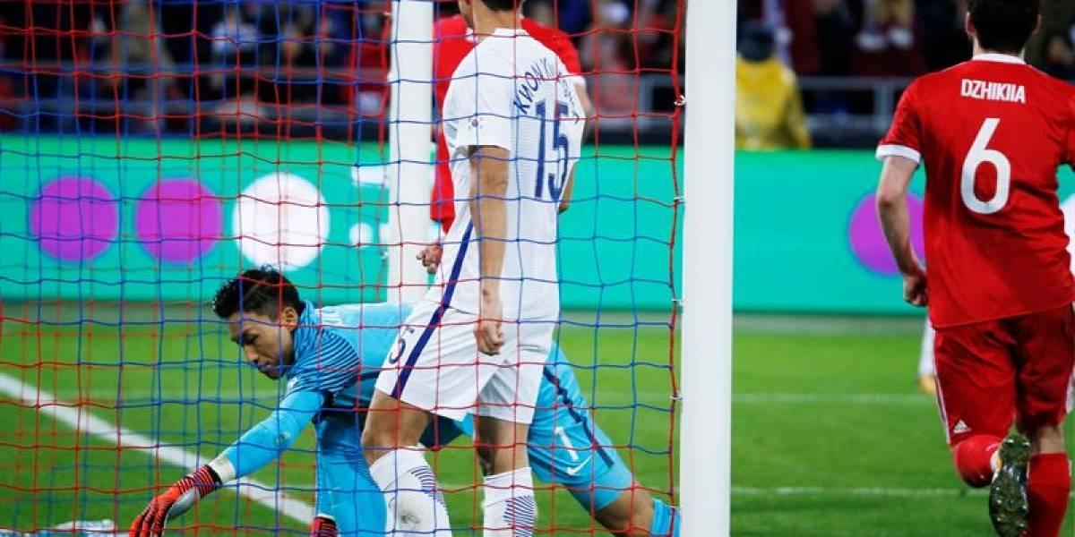 Jugador anotó dos autogoles en dos minutos y su selección perdió 4-2