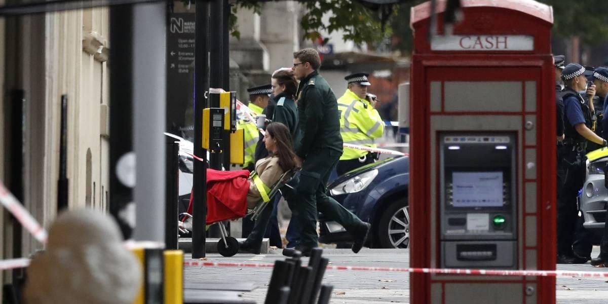 Hombre atropella multitud que caminaba cerca de museo en Londres
