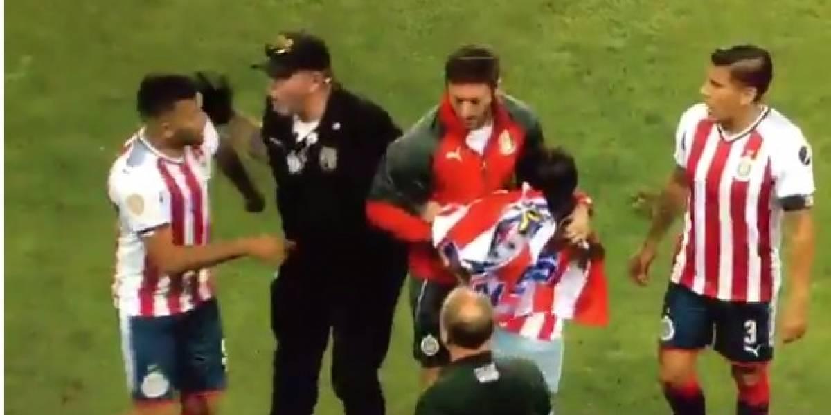 VIDEO: Jugadores de Chivas salvan a aficionada de la policía
