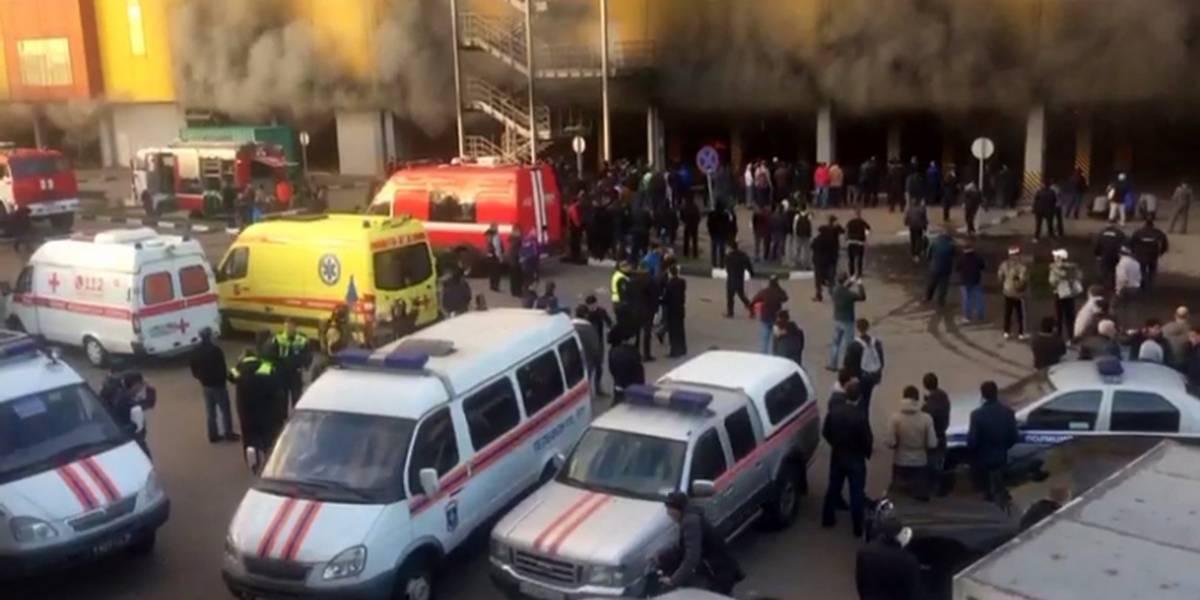 Se incendia centro comercial en Moscú; varios autos explotaron