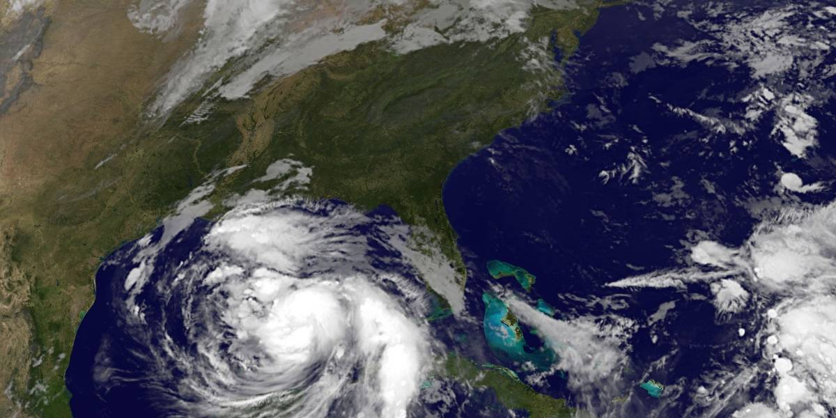Una silla casi impacta contra reportero en pleno paso del huracán 'Nate'