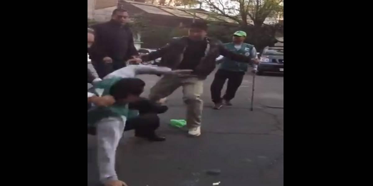 VIDEO: Golpean a trabajador por intentar poner 'la araña' a un auto