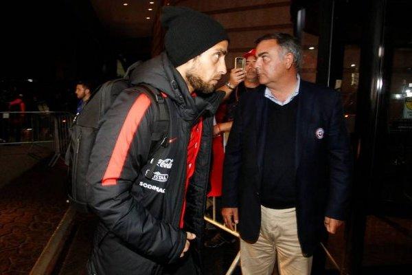 Jorge Valdivia en su llegada con la Roja al hotel de concentración en Sao Paulo / Foto: Agencia UNO