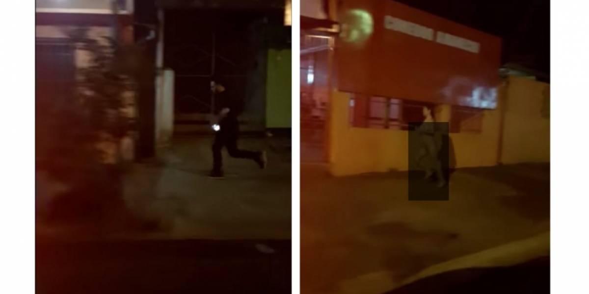 Corrió desnuda detrás de su novio porque agarró su celular — YouTube