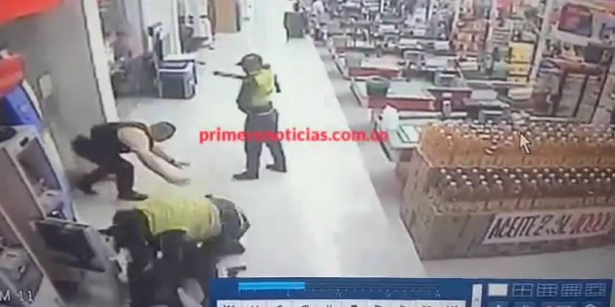 ¡Increíble! Supuestos policías atracaron a transportadores de valores en pleno supermercado