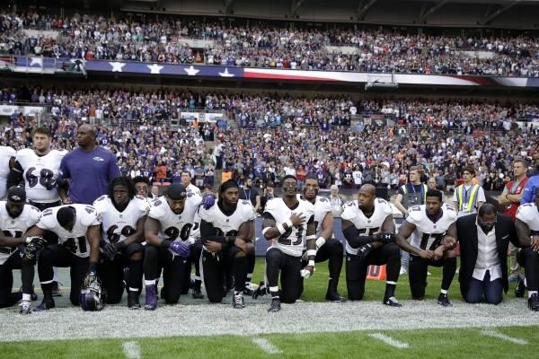 Jugadores de NFL defienden su derecho a protestar durante el himno